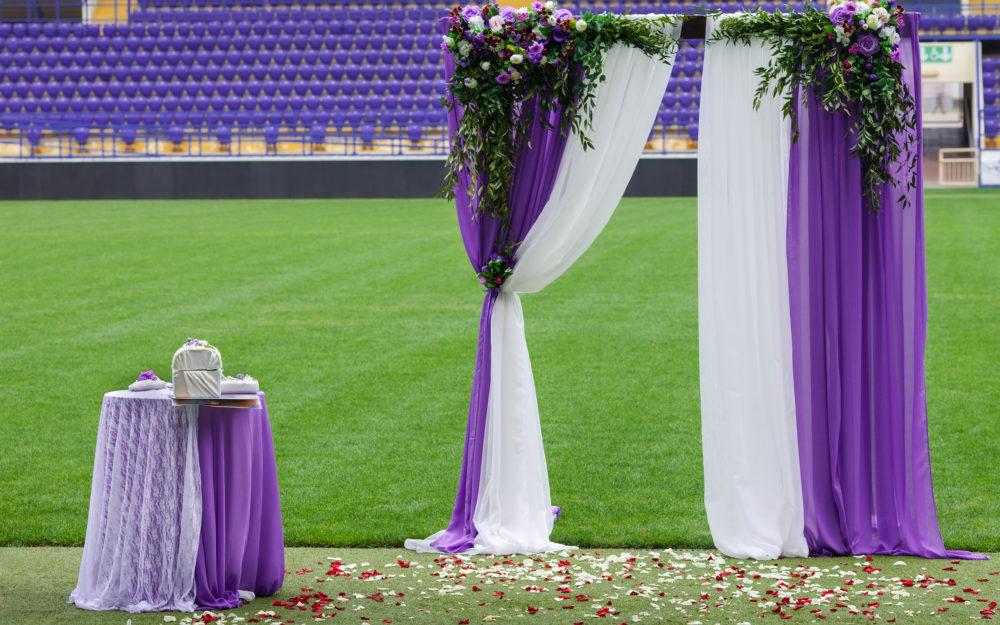 Hochzeitsdeko mitten in einem Fußballstadion auf dem Rasen