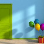 Blauer Raum mit grüner Tür, in dem eine Geschenkbox steht, an die Luftballons gebunden sind