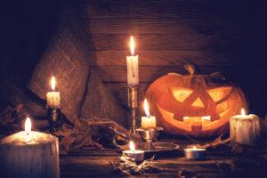 Halloween Kürbis mit Kerzen in schauriger Atmosphäre