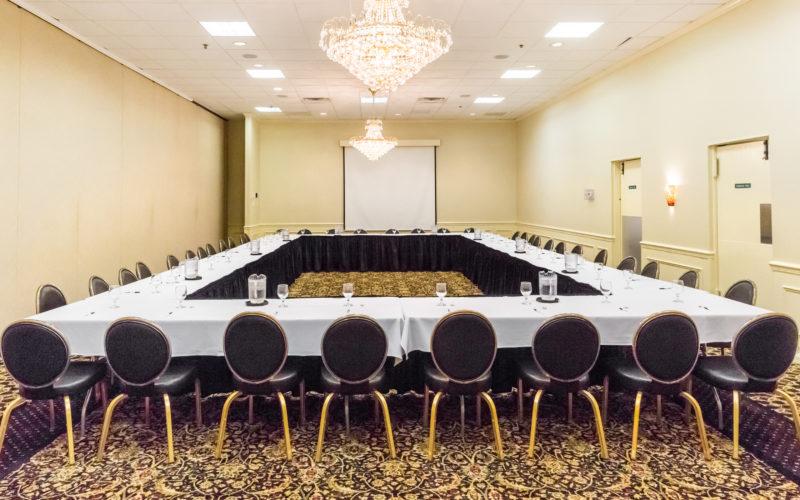 Stuhl-Carree in einem hell erleucheten Konferenzraum