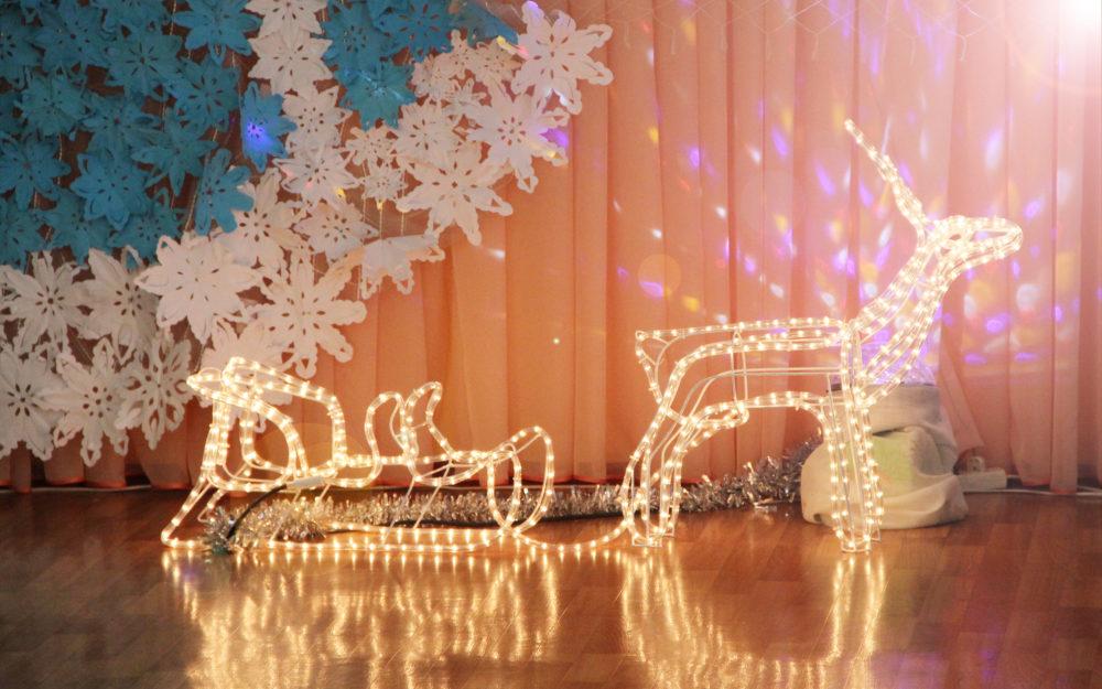 Eine Weihnachts-Lichtdekoration aus einer Lichterkette im dekorierten Raum.