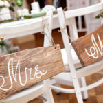 Hochzeitstisch des Brautpaares mit Mrs. und Mr. Beschriftungen auf Holztafeln