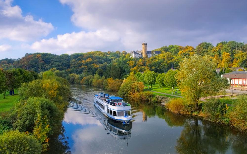 Ausflugsschiff auf einem Fluss in herrlich idyllischer Natur