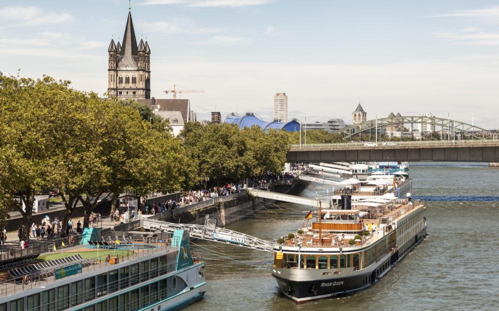 Blick auf die Schiffsanlegestelle auf dem Rhein in Köln