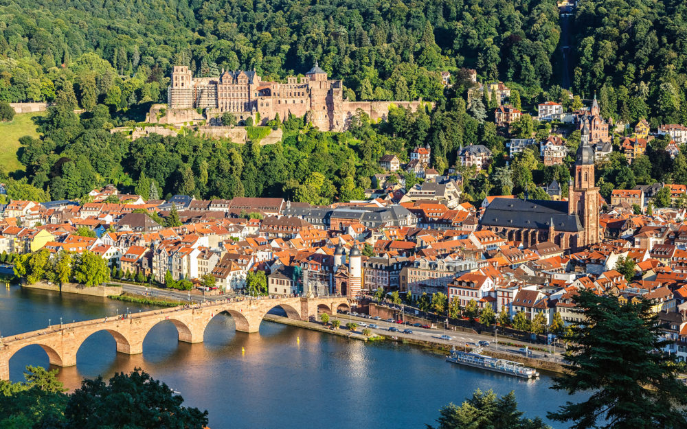 Idyllischer Blick auf Heidelberg von oben mit einer Brück, dem Fluss und der Altstadt