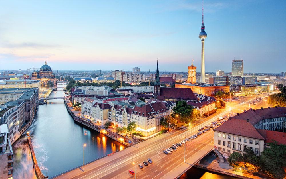 Abendlicher Blick über Berlin mit dem Fernsehturm, der Spree und dem Nikolaiviertel als Skyline