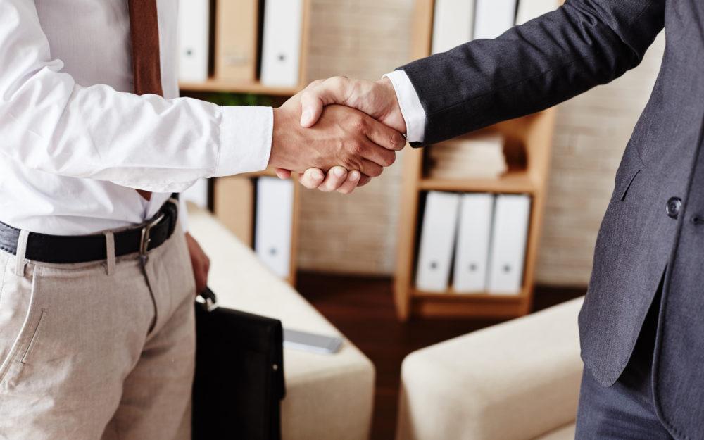 Ein kräftiger Händeschlag zweier Männer als Besiegelung einer erfolgreichen Kooperation