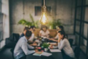 Eine Besprechung am Tisch mit warmen Ambiente