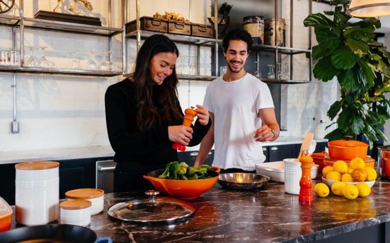 Zwei Menschen kochen zusammen