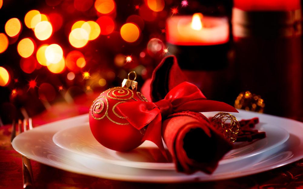 Weihnachtsteller mit einer Christbaumkugel und Deko in weihnachtlicher Atmosphäre.