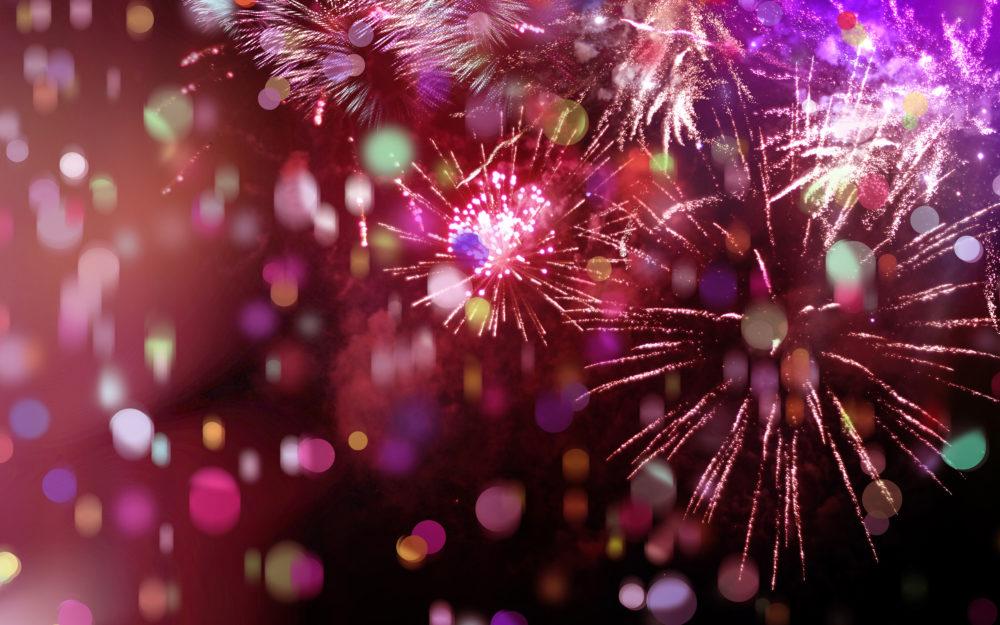 Rotes und violettes Feuerwerk in der Silvesternacht