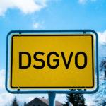 Ortsschild mit der Aufschrift DSGVO