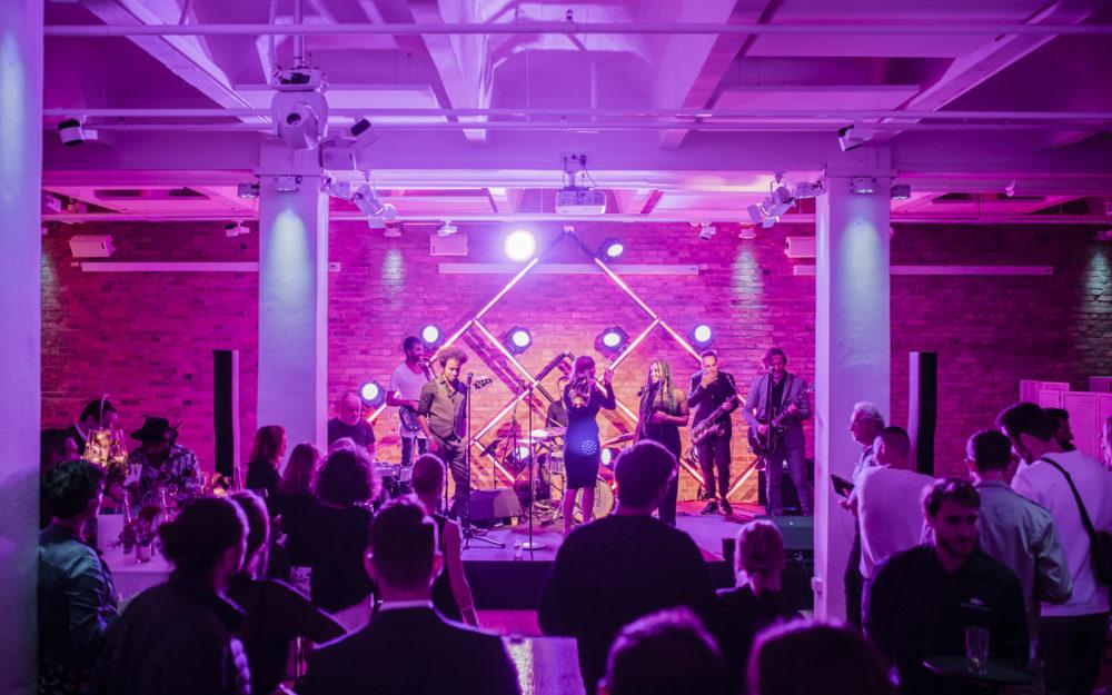 Konzert auf einer Bühne, pink beleuchtet