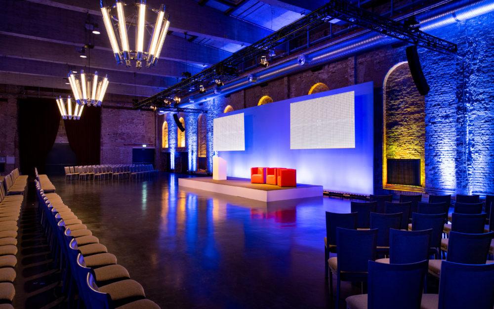 Eventlocation für ein Business Event, stimmungsvoll beleuchtet in blau