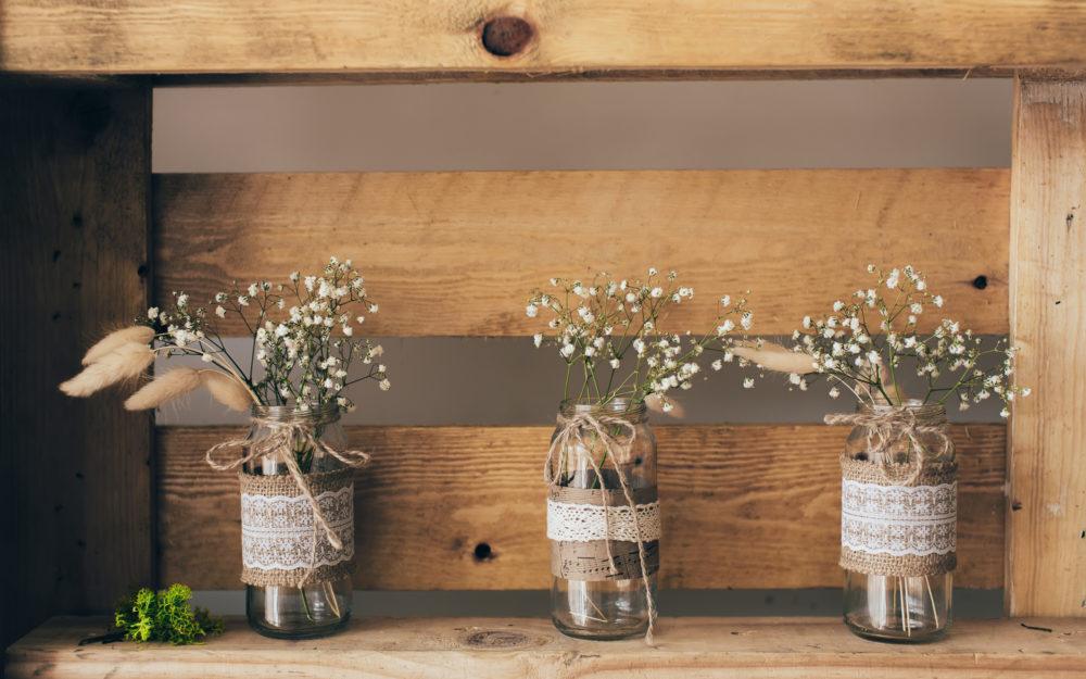 Dekorierte Gläser die als Blumenvasen verwendet werden