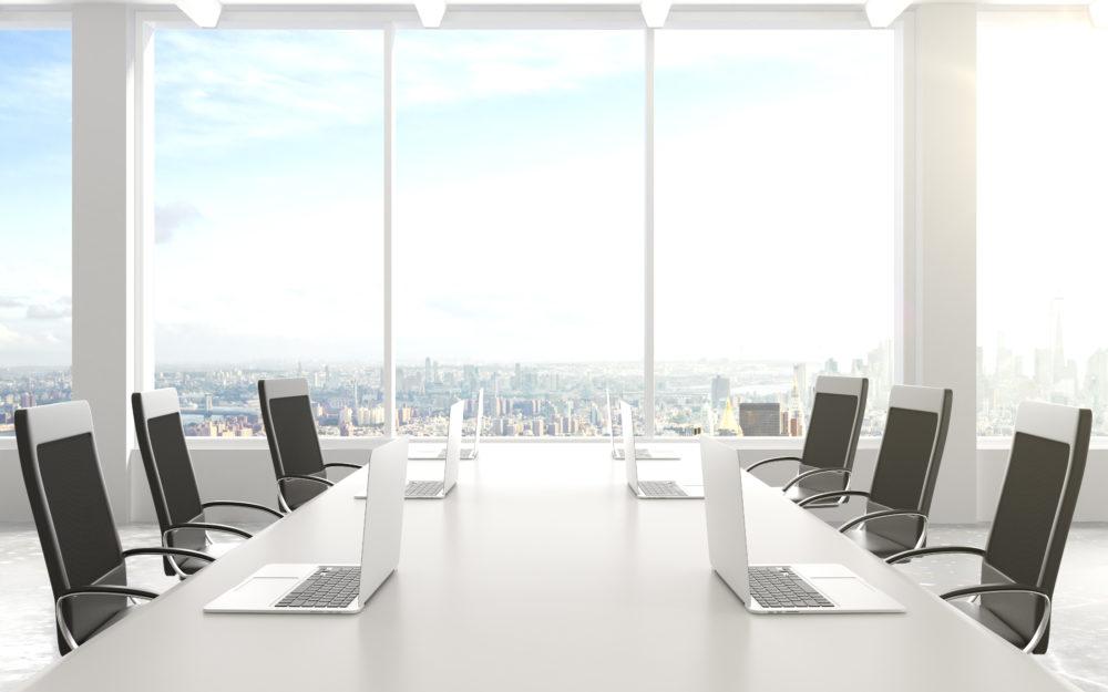 Ein moderner heller Meetingraum mit großen Fenstern und einer fantastischen Aussicht