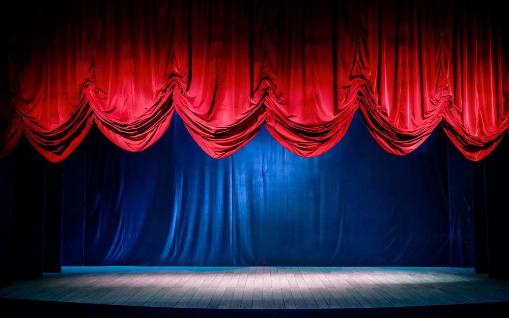 Eleganter roter Vorhang auf einer großen Bühne