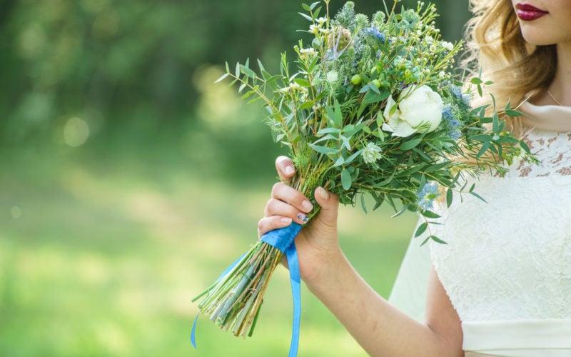 Braut mit einem Strauß aus Gräsern und Kräutern