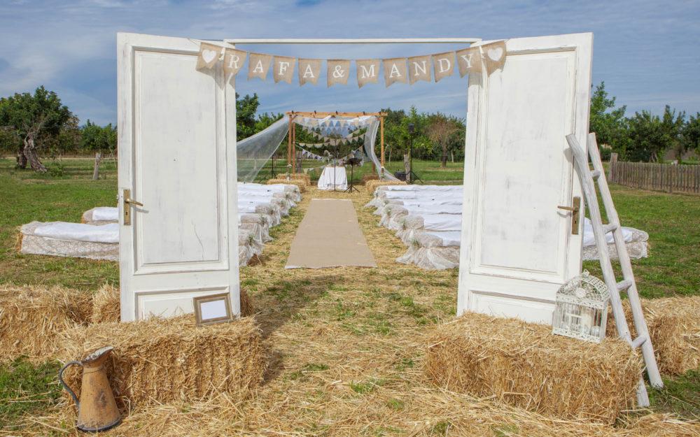Outdoor-Hochzeit auf einem Feld mit Heuballen