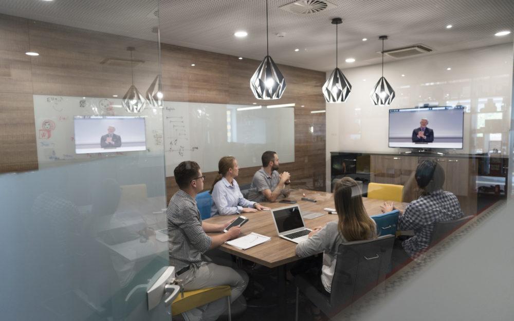 Moderner Meetingraum mit technischer Ausstattung