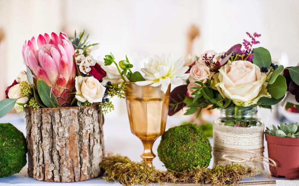 Hochzeitsdekoration aus natürlichen Materialien wie Holz und Moos