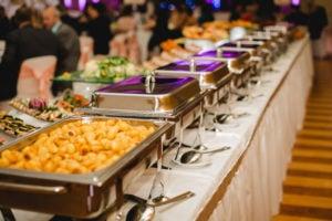 Behälter mit Essen auf einem Buffet von einem professionellen Caterer