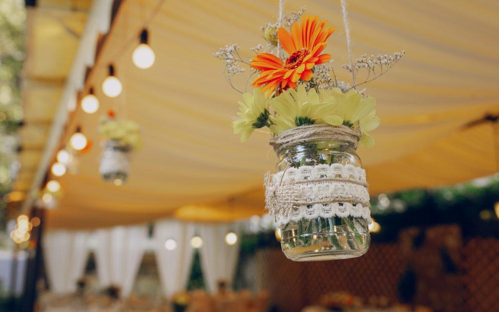 Hängende Blumenvasen-Dekoration bei einer Hochzeit