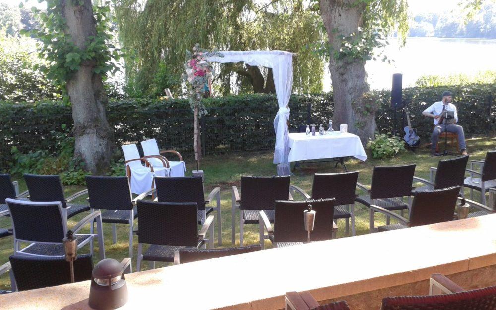 Hochzeit im Freien, im Grünen und am Wasser