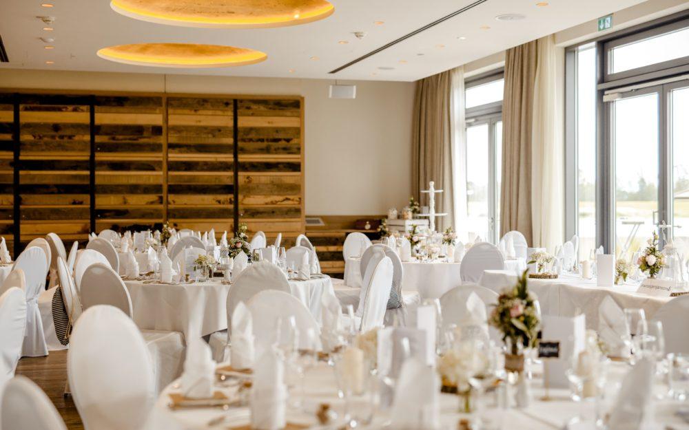 Festliche Hochzeitsdekoration im Zollenspieker Fährhaus