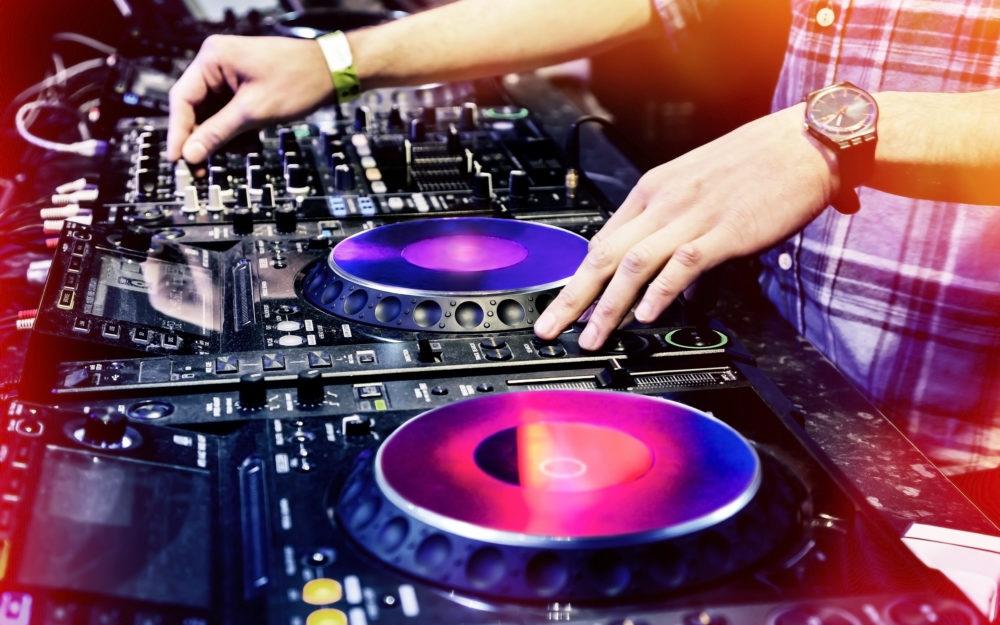 Ein DJ an seinem Mischpult