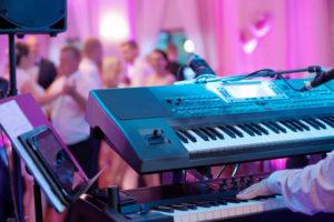 Eine Liveband mit einem Keyboard tritt bei einer Veranstaltung auf