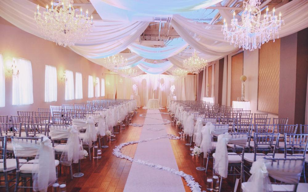 Feierlich dekorierte Hochzeitslocation in Weiß