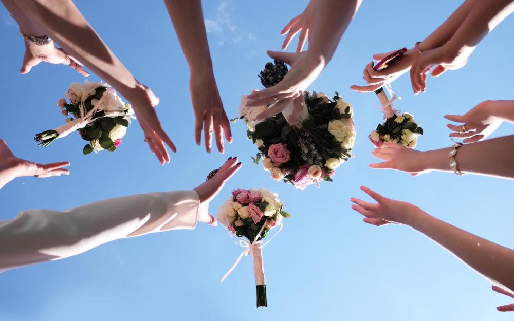 Greifen nach dem Brautstrauß