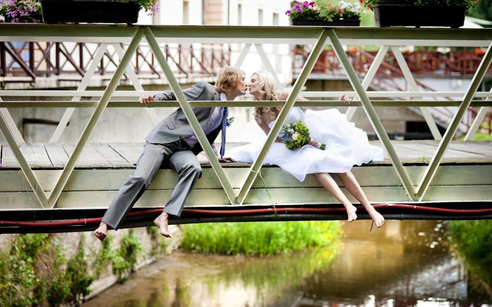 Hochzeitskuss auf der Brück