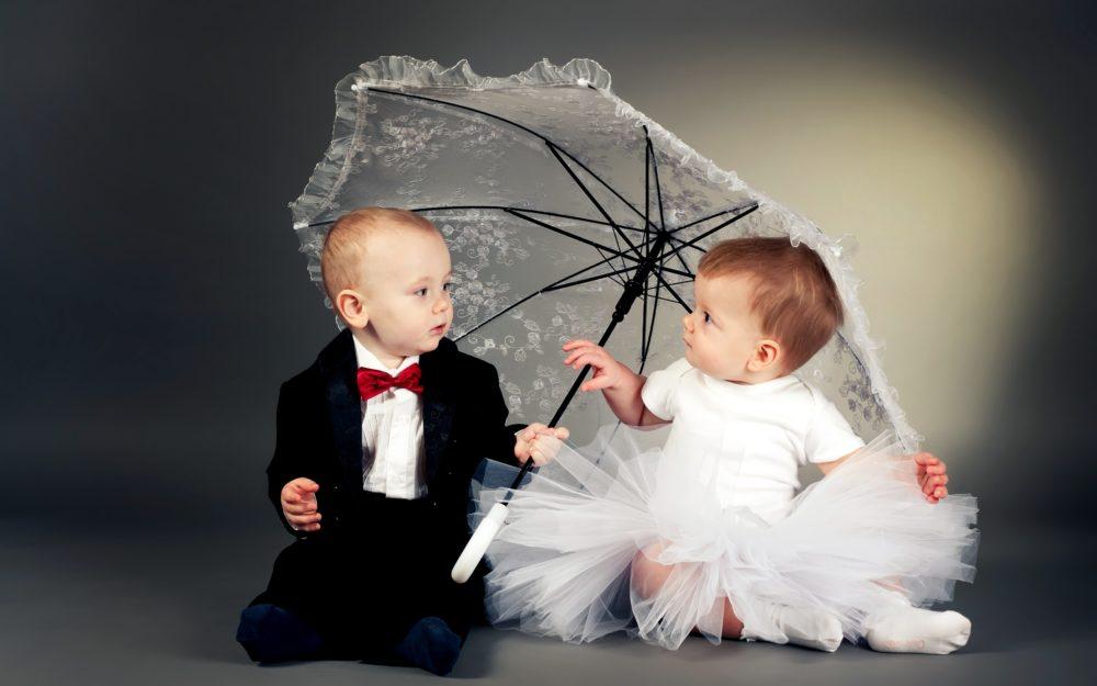 Zwei Kinder als Hochzeitsgäste