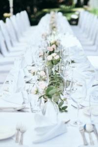 Ein gedeckter Tisch mit Blumendeko