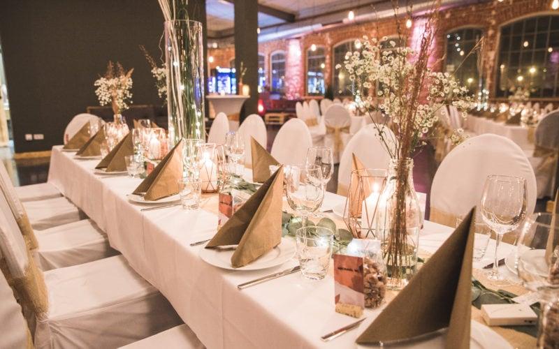Eingedeckter Tisch mit festlicher Dekoration