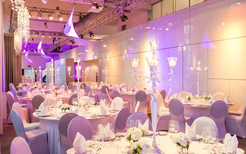 Festlich dekorierter Saal mit Galabestuhlung