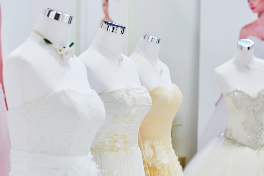 4 Schaufensterpuppen mit Brautkleider in weiß und champagner