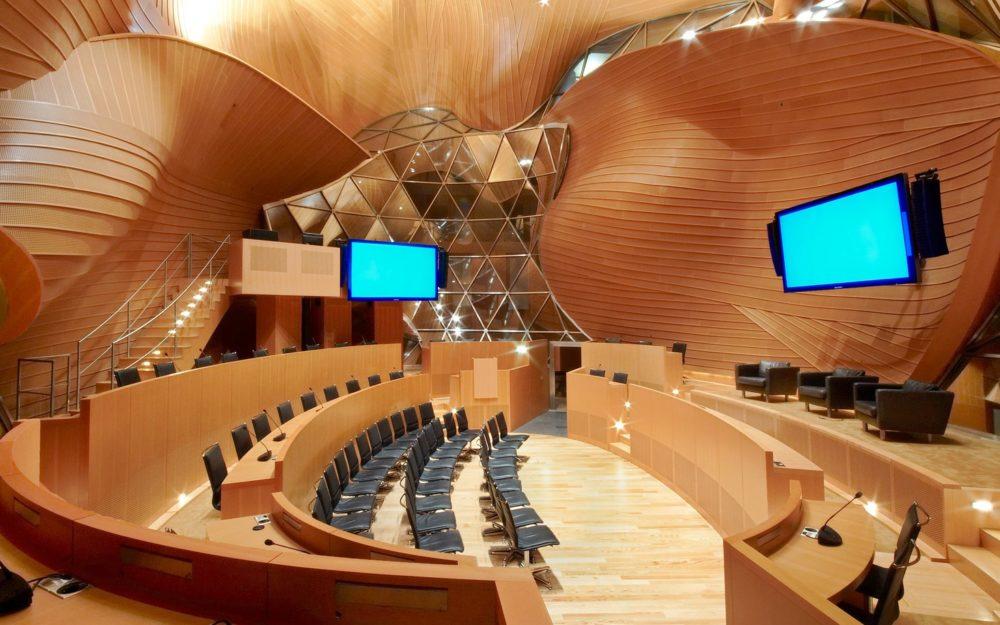 Plenum mit Podium, Theaterbestuhlung für 30 Personen, Rangbestuhlung für 50 Personen