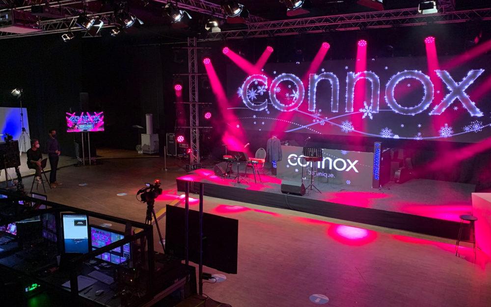 Großer Raum mit Bühne für hybride Events