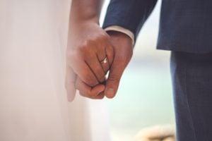 Händehaltendes Hochzeitspaar