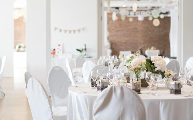 Festlich gedeckte Tische in weiß