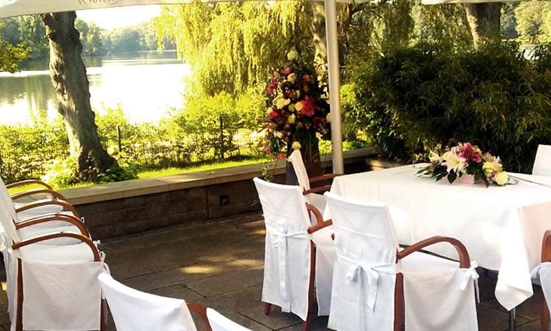 Für Hochzeit geschmückte Terrasse im Grünen am Wasser.