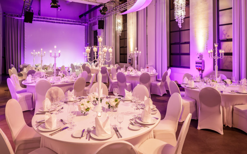 Galatische gedeckt mit Stühlen in weißen Hussen