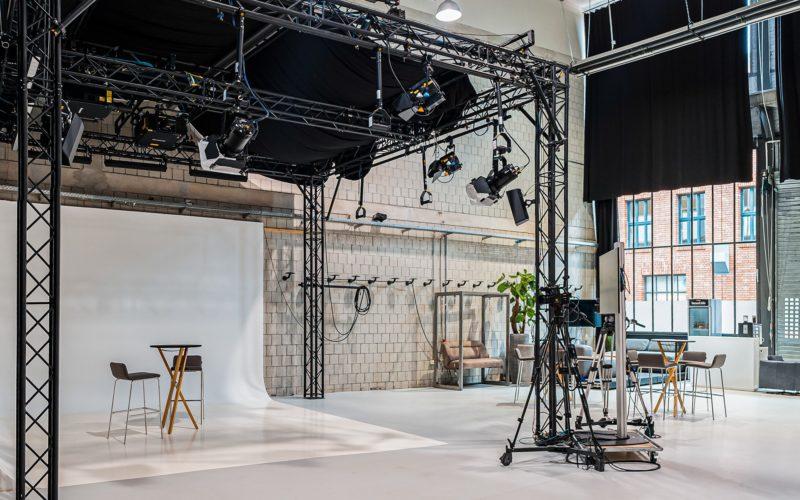 Film Studio mit Hockern und Stehtischen