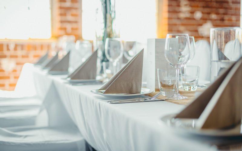 Festlich gedeckter Tisch mit Servietten Gläser in weiß