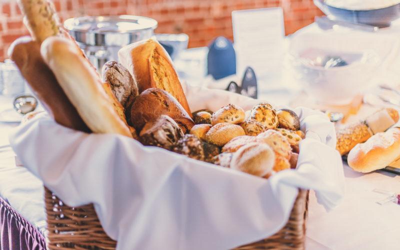 Korb mit Brot auf Buffet