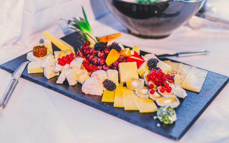 Käseplatte mit Weintrauben Johannisbeeren und Brombeeren