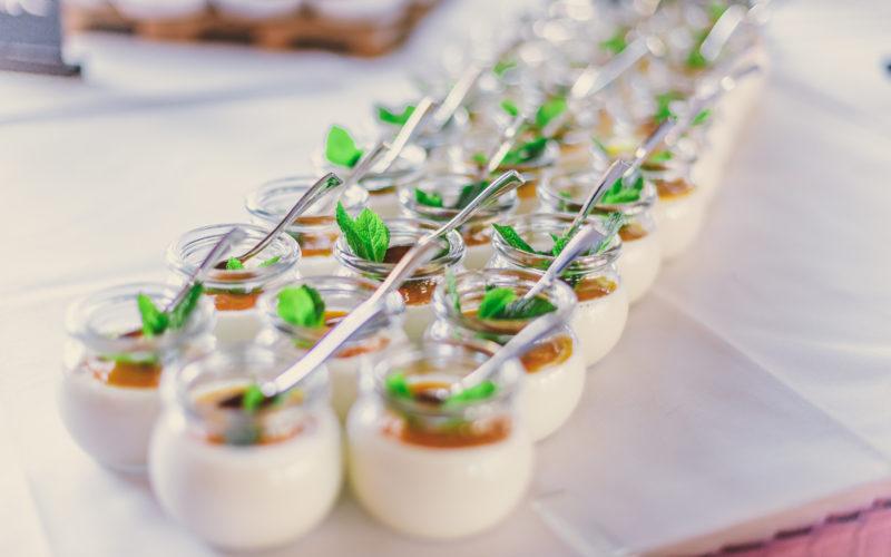 Dessert Gläser mit Löffel Pudding und Minzblatt